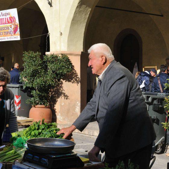 Mostra mercato del Sedano nero - Sagra del Sedano nero e della Salsiccia - un produttore di sedano nero di Trevi, Orti delle Canapine