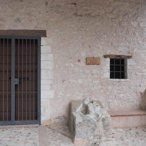 Eremo di San Paterniano, porticato con la pietra recante, secondo la tradizione locale, le 'impronte' del Santo