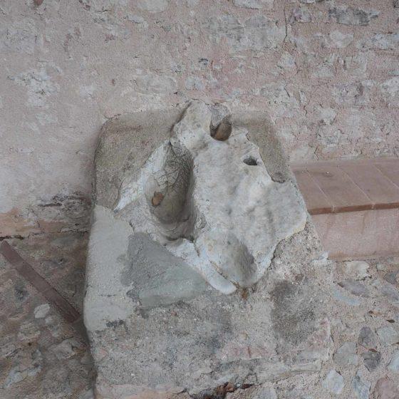 Eremo di San Paterniano, la pietra recante, secondo la tradizione locale, le 'impronte' del Santo