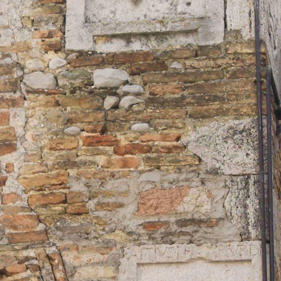 Montefalco, Palazzo Schiavoni, urnette romane