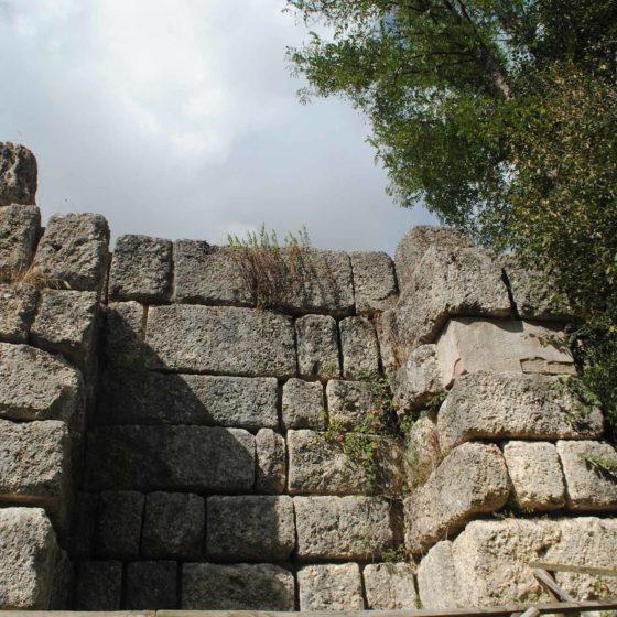 Nocera Umbra, Le Spugne, antica Via Flaminia, particolare dei contrafforti del muro di sostruzione
