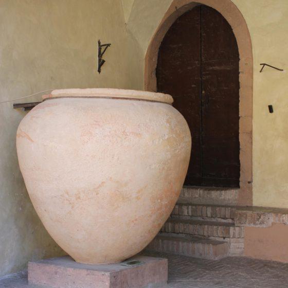 Trevi, anfora (dai ritrovamenti romani di Casco dell'Acqua, ora sotto il portico del Palazzo del Comune)