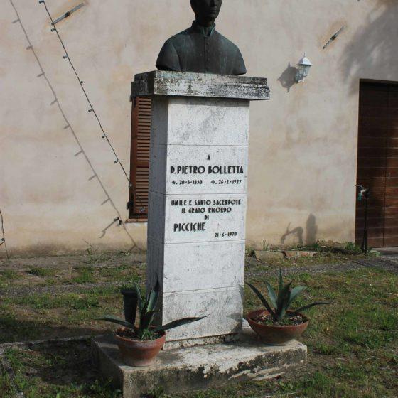 Trevi, Picciche, monumento a don Pietro Bolletta