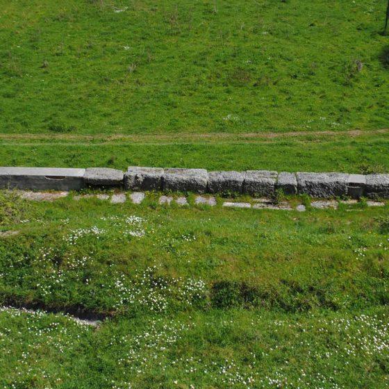 Valtopina, Capannacce, la Via Flaminia, muro di sostruzione