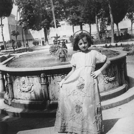 Una figurante della 'Quintanella' di fronte alla fontana dei Canapè, 1951