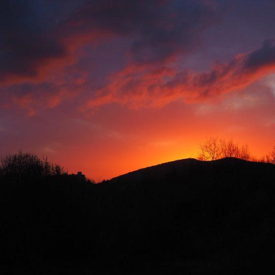 13 aprile 2016: tramonto da Vallupo (sullo sfondo, Civitella)
