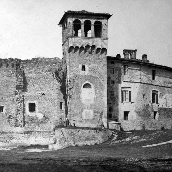 Bevagna, Cinta di mura medievali con avanzi di reticolato romano