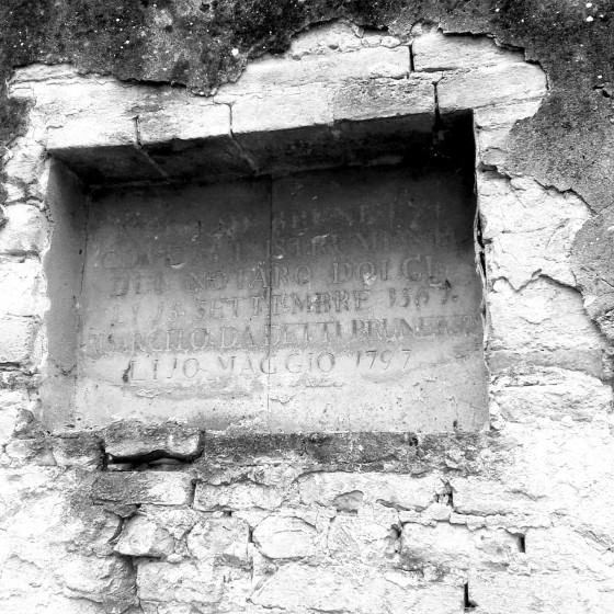 Targa presso gli ex orti - Foligno, palazzo Brunetti-Candiotti [MURO DI BRUNETTI / COME ALL'ISTRUMENTO / DEL NOTARO DOLCI / LI 15 SETTEMBRE 1567 / RISARCITO DA DETTI BRUNETTI / LI 10 MAGGIO 1797]