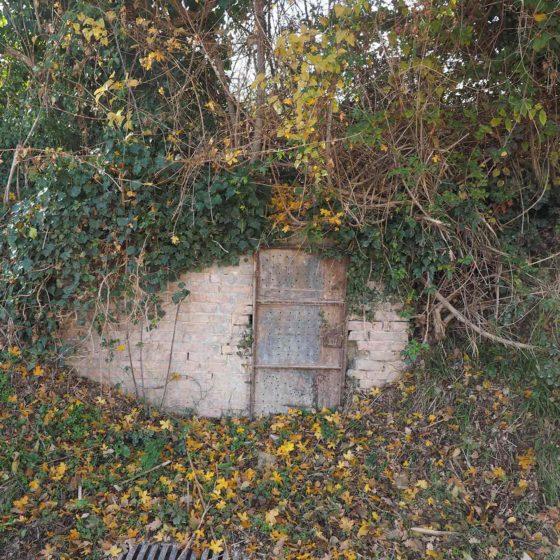 Salice, Giano dell'Umbria, San Felice - porticina in ferro, a monte della strada e del salice