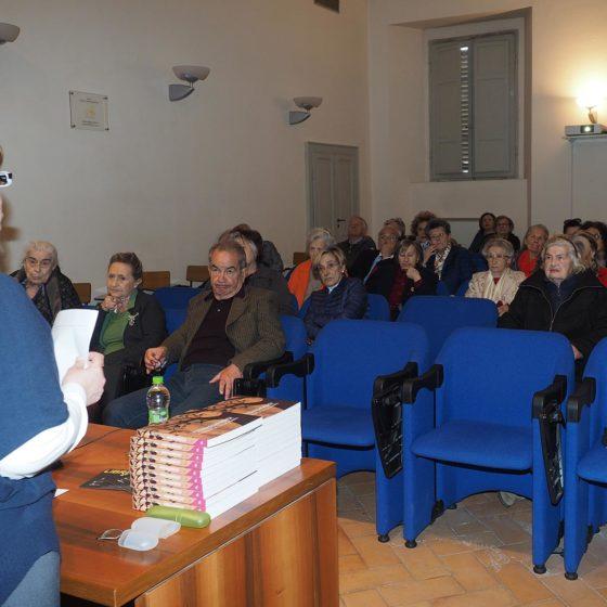 4 maggio 2016, presentazione del volume 'Patriarchi Verdi. Itinerari in Valle Umbra', Foligno, biblioteca Jacobilli (Lucia Bertoglio illustra la conferenza al pubblico in sala)