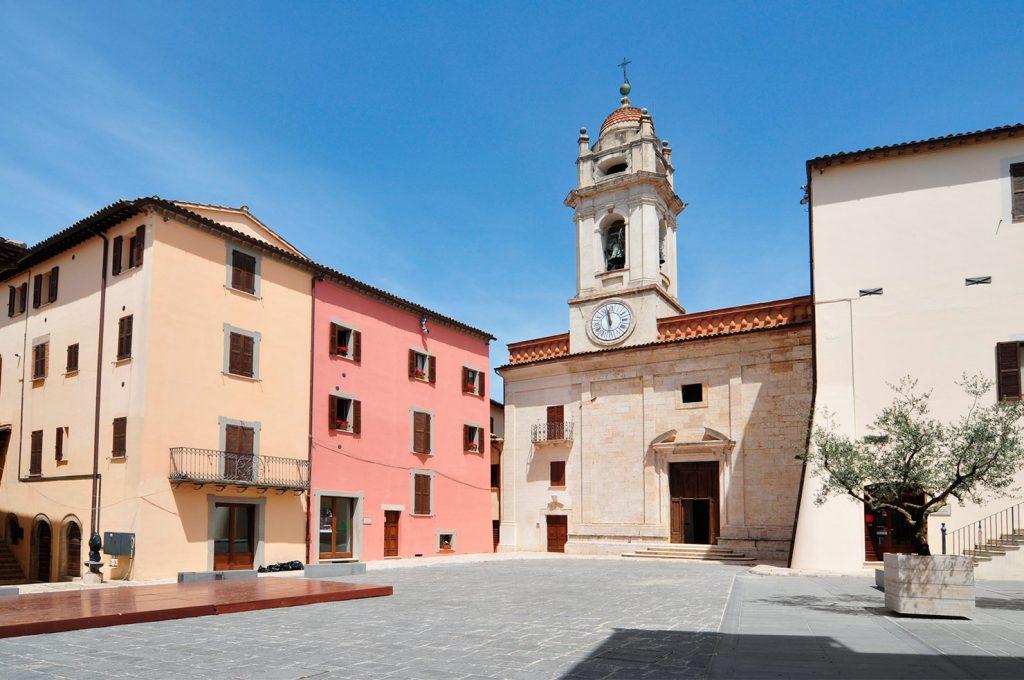 Massa Martana, piazza - Foto di Massimo Chiappini per il progetto 'Edicole sacre' (Archivio Comunità Montana dei Monti Martani, Serano e Subasio)