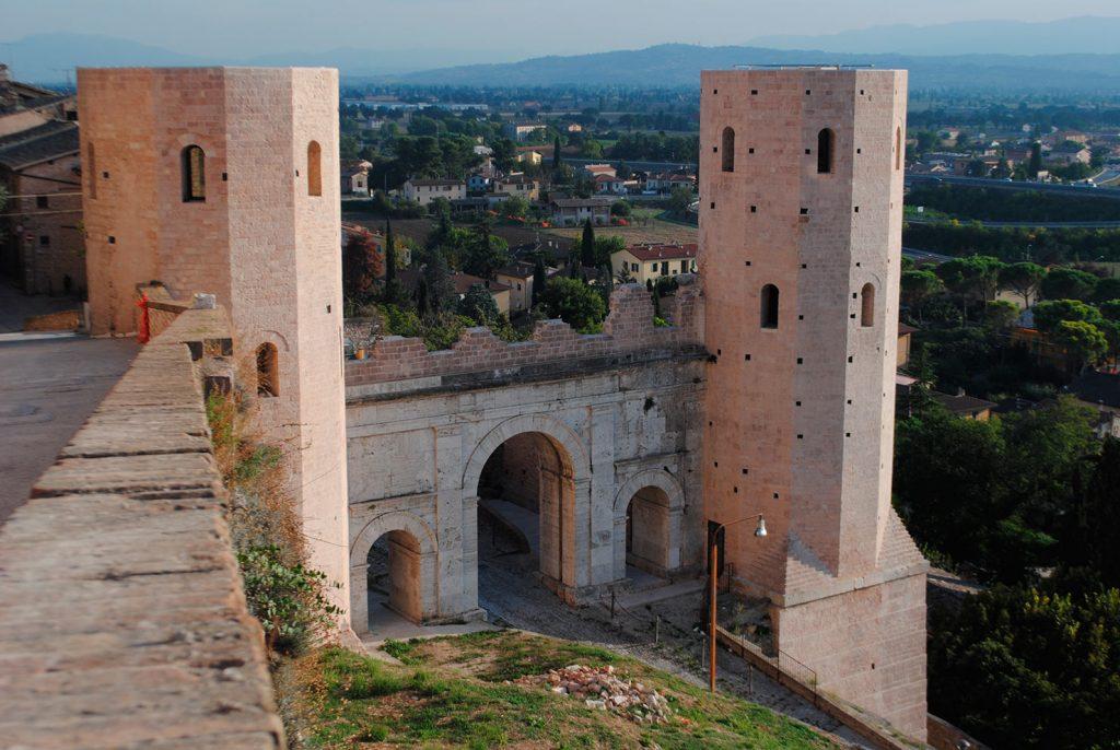 Spello, porta Venere - foto di Roberto Orsini per il progetto 'Itinerari nella storia. Percorsi archeologici in Valle Umbra'