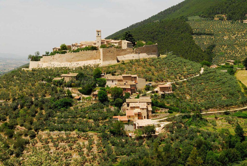 Campello sul Clitunno, il castello di Campello alto - Foto di Massimo Chiappini per il progetto 'Edicole sacre' (Archivio Comunità Montana dei Monti Martani, Serano e Subasio)