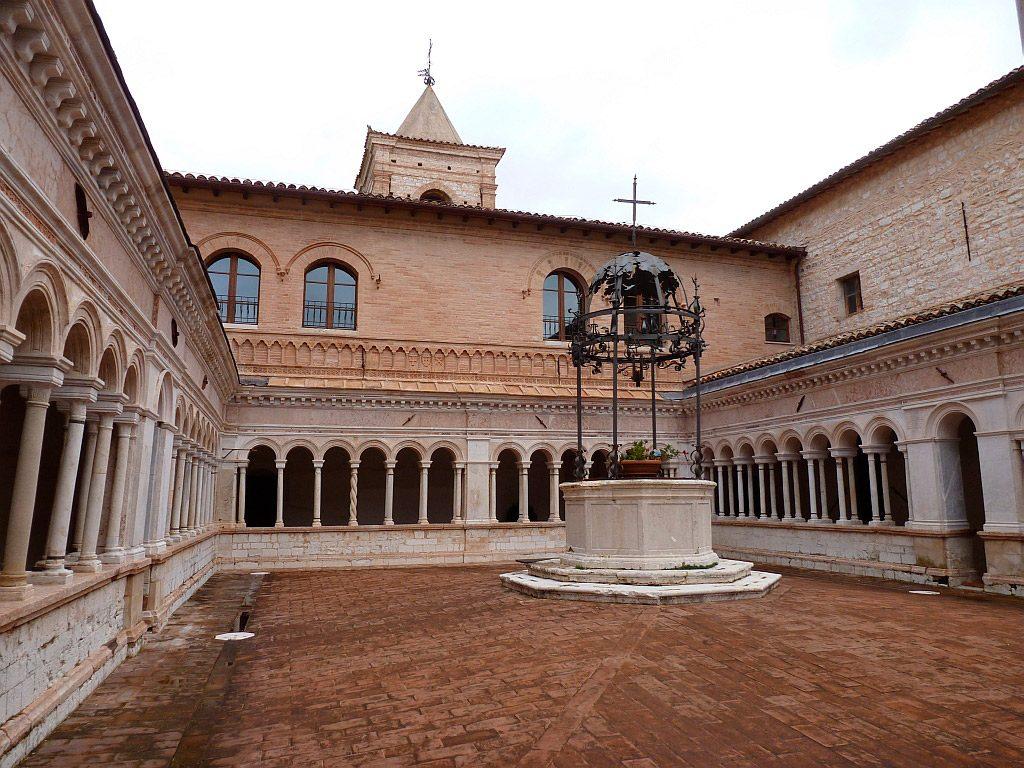 Foligno, abbazia di Sassovivo, il chiostro - foto di Gabriele Finamondi per il progetto 'I sentieri di mezzo'