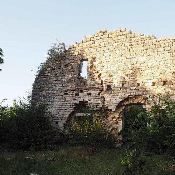Antica abbazia di Santo Stefano di Manciano (Trevi), i ruderi della facciata - Foto di Giampaolo Filippucci, Tiziana Ravagli