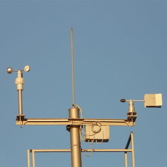 Una stazione metereologica con anemometro