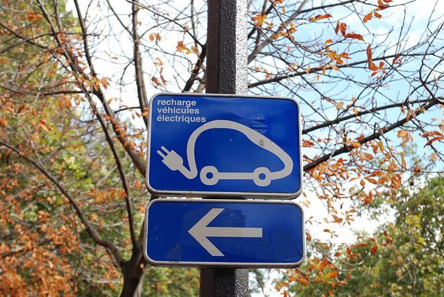 Cartello indicatore per rifornimento auto elettrica