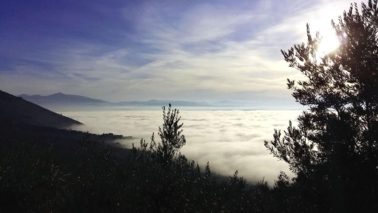 Nebbia in Valle Umbra 27 dicembre 2015 [foto di G. Filippucci & T. Ravagli @ Trevi]
