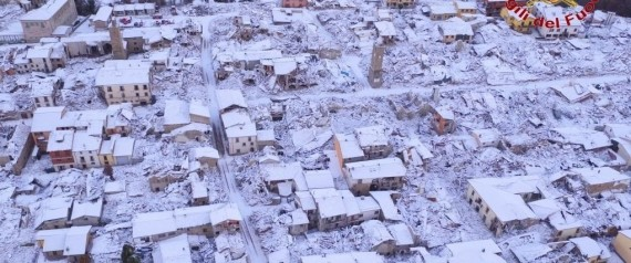 Una veduta aerea di Amatrice imbiancata dalla neve, 5 gennaio 2017. ANSA/ VIGILI DEL FUOCO +++ ANSA PROVIDES ACCESS TO THIS HANDOUT PHOTO TO BE USED SOLELY TO ILLUSTRATE NEWS REPORTING OR COMMENTARY ON THE FACTS OR EVENTS DEPICTED IN THIS IMAGE; NO ARCHIVING; NO LICENSING +++
