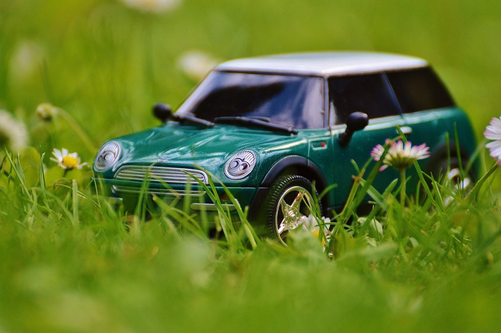 Automobile nel verde... [via pixabay, CC0 Creative Commons]