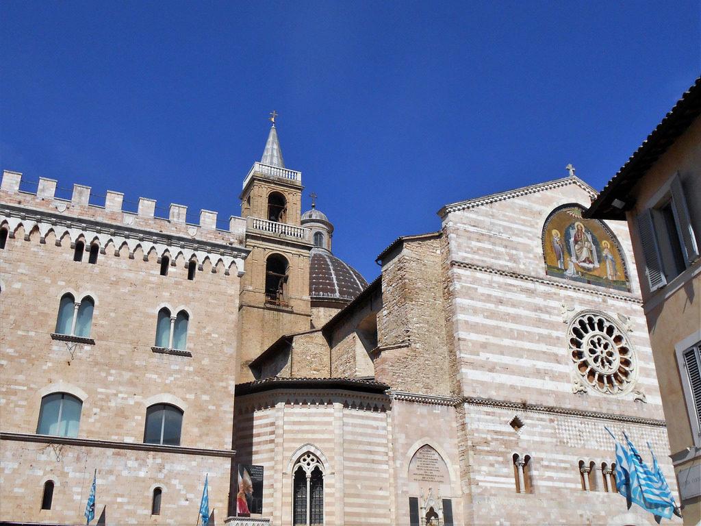 Foligno, la piazza con la chiesa di San Feliciano