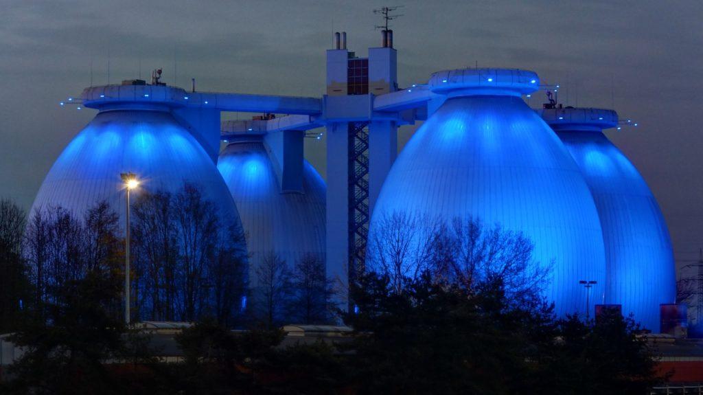 Impianto a biometano [via pixabay, photo by orensteiner, CC0 Creative Commons, Libera per usi commerciali, Attribuzione non richiesta]