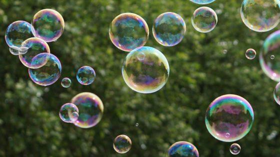 Bolle di sapone [photo via pixabay, di kirahoffmann, CC0 Creative Commons, Libera per usi commerciali, Attribuzione non richiesta]