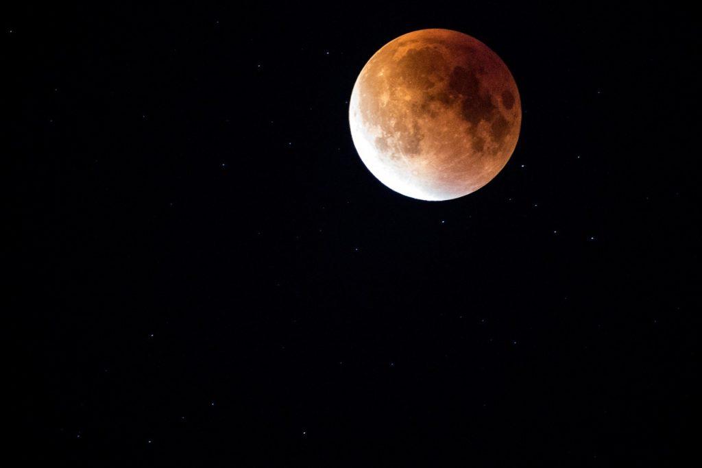 Luna rossa, eclissi di luna [via pixabay, photo di Free-Photos, CC0 Creative Commons, libera per usi commerciali, attribuzione non richiesta]